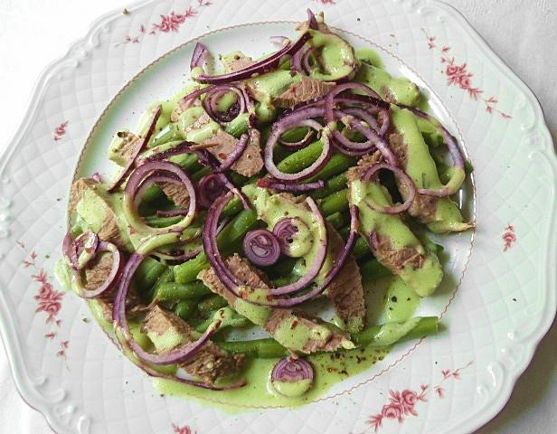 Verschiedene Salate mit Suppenfleisch und Tafelspitz