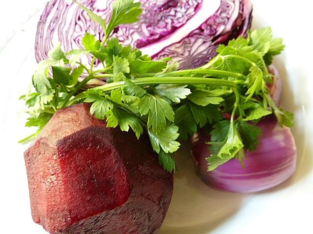 Salat von roter Beete mit Rotkraut zu einer Scheibe Trotter Gear