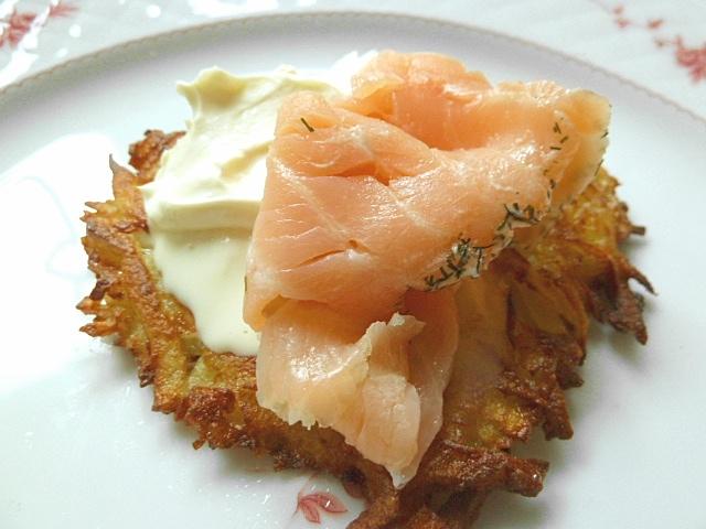 Kartoffelpuffer mit Crème fraîche und Graved Lachs