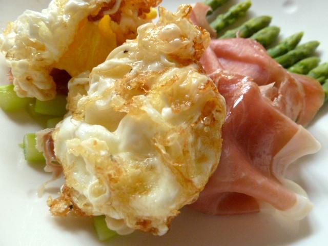 Frittierte Eier mit San Daniele Schinken und Thai-Spargel