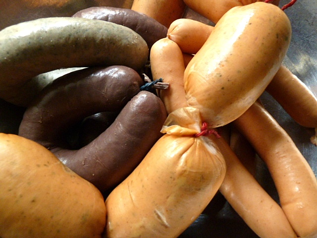 Gebratene Regensburger mit Wirsing-Kartoffelgemüse