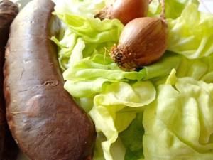 Blutwurst, grüner Salat uns Schalotte