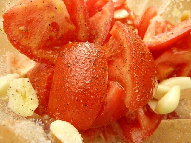 Tomaten, Knoblauch, Salz und Pfeffer