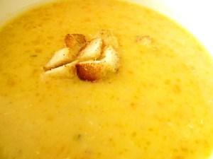 Suppe von roten Linsen und gelben Dahl