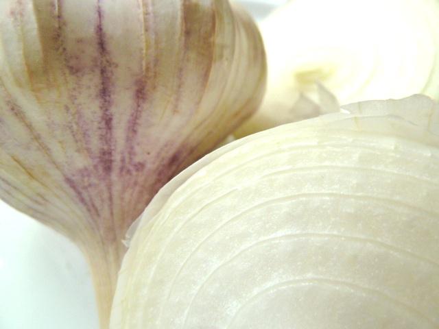 Knoblauch und weiße Zwiebel