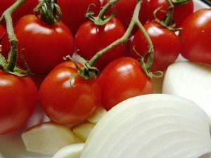 Tomaten, Knoblauch und weiße Zwiebel