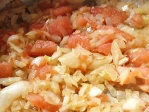 Zwiebeln und Tomaten anschwitzen