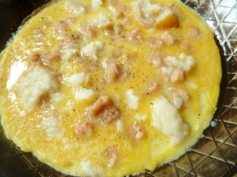 Gefülltes Omelette mit Nordseegarnelen, geräucherten Heilbutt und Speckkrümeln