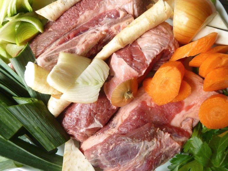 Rinderbrühe mit Gemüse, Nudeln und Suppenfleisch