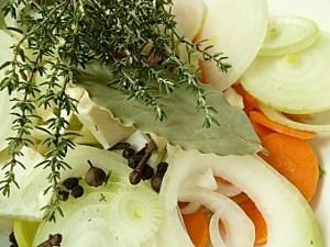 Kräuter, Gewürze und Gemüse für den Sud
