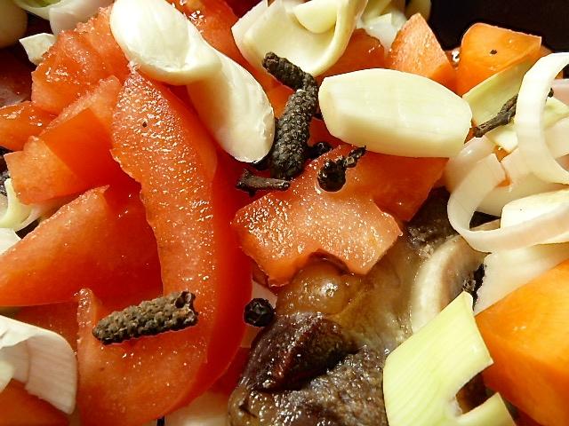 Gemüse und Gewürze zugeben