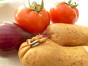 Regensburger, Tomate und blaue Zwiebel
