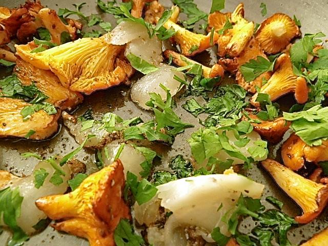 Pilze braten und Lardo kurz durchschwenken