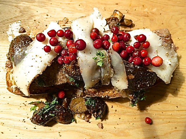 Geröstetes Brot mit Maronen, gebratener Kaninchenleber, Lardo di Colonnata und Preiselbeeren