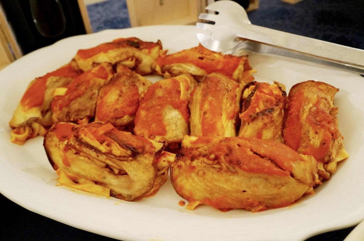 Mit Tomatennudeln gefüllte Auberginenröllchen