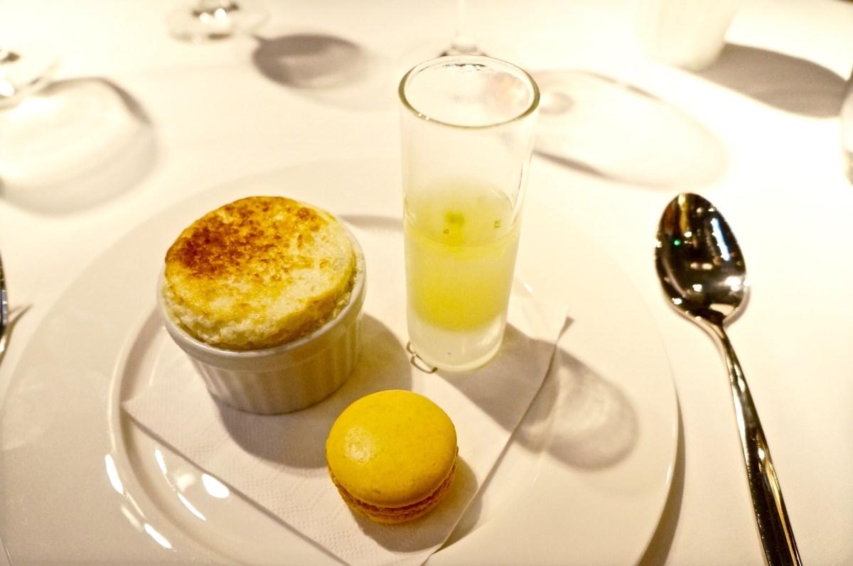Das Dessert: Limettensoufflee, Limoncello und Zitrus-Macaron