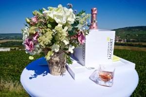 Rosé Champagner und Blumenbouquets