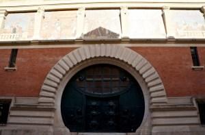 der alte Firmensitz mit dem Mosaik