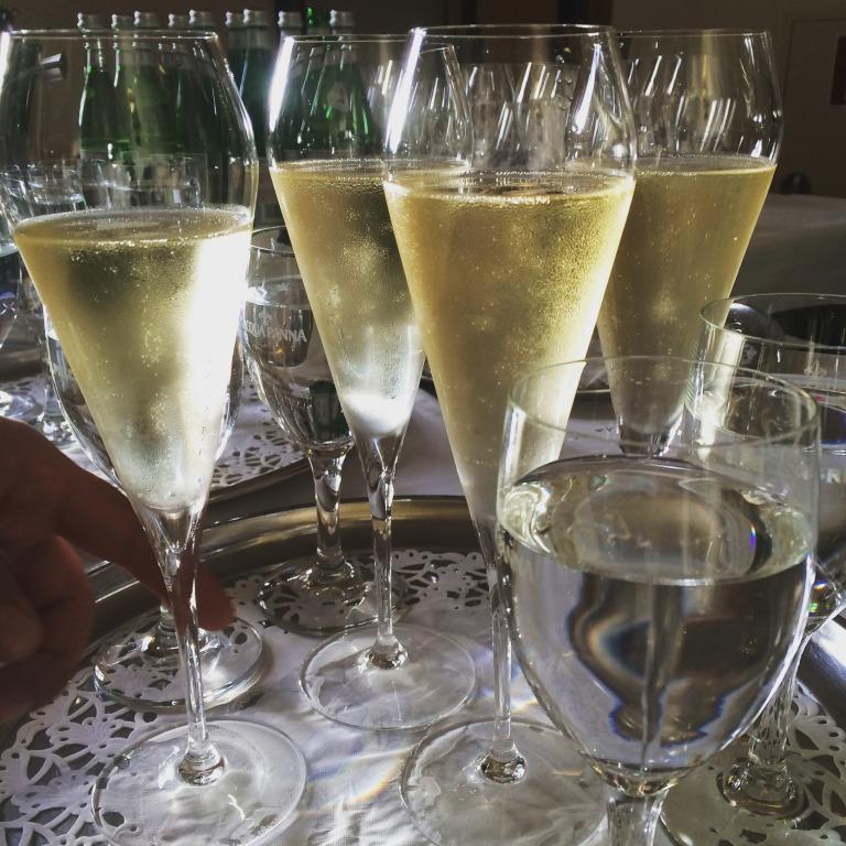 ein erstes Glas Champagner