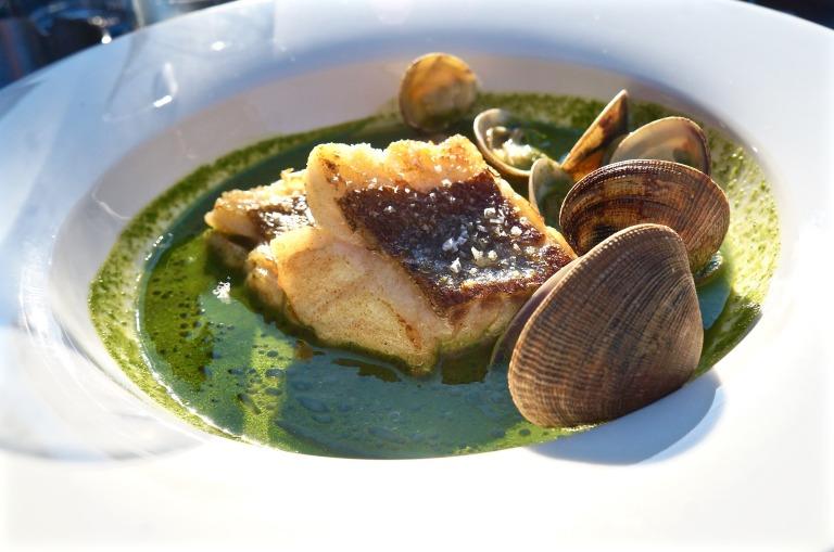 Muscheln, Kabeljau und grüne Soße