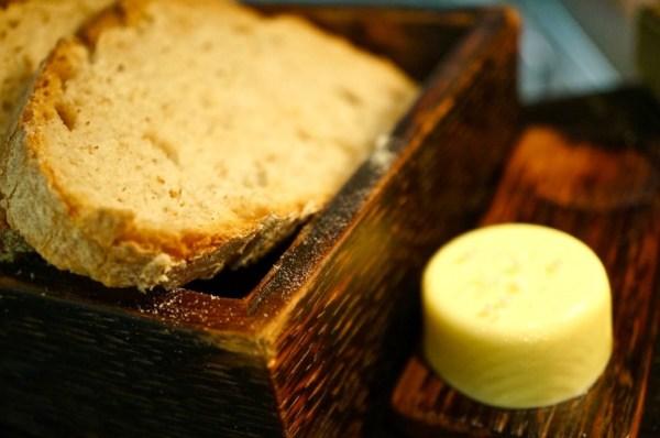 dazu geräucherte Butter und fluffiges Weißbrot