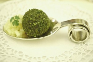 Amuse Geule: Foie Gras in Pistazie gerollt
