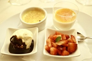 Gemischtes Dessert - Panna Cotta mit hausgemachter Marmelade, Nusshalbgefrorenes, mit heißer Schokolade, Creme Brulé mit Erdbeeren