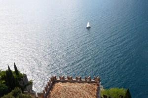 Blick vom Castello über den strahlend blauen See
