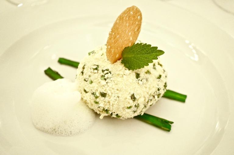 Weisses Schokoladenparfait mit Pistazien und Sorbet mit kandiertem Spargel