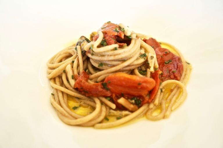 Vollkornnudeln mit getrockneten Tomaten