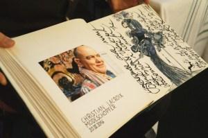 Blick ins Gästebuch, hier mit Zeichnung Christian Lacroix