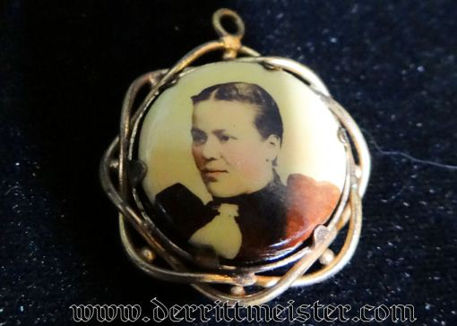 PATRIOTIC PHOTO PENDANT - AUSTRIAN SOLDIER AND SWEETHEART - Imperial German Military Antiques Sale