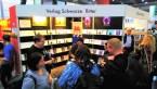 Besucher am Messestand vom Verlag Schwarze Ritter