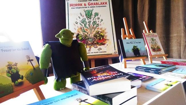 Der Plüsch Ork bewacht die Bücher