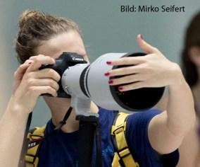 25.6.2016: Marlene Hüther erkundet eine 400mm Objektiv.