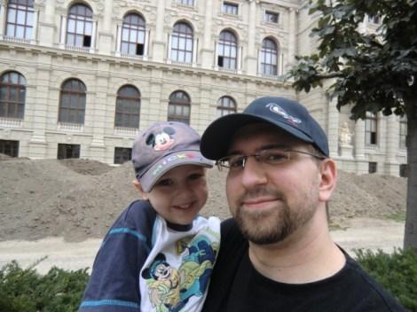 Wir vor der Rückseite des Naturhistorischen Museums.