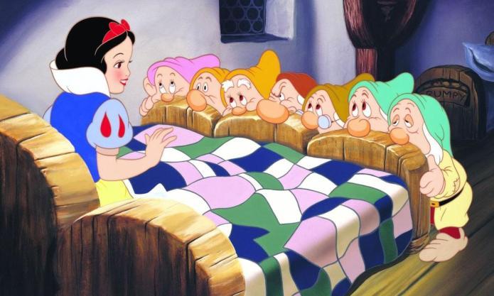 Biancaneve e i sette nani. Fiaba apparsa per la prima volta nel libro di fiabe di Jacob e Wilhelm Grimm nel 1812. Diventato un classico nel 1937, Il primo lungometraggio a colori prodotto dalla Disney.