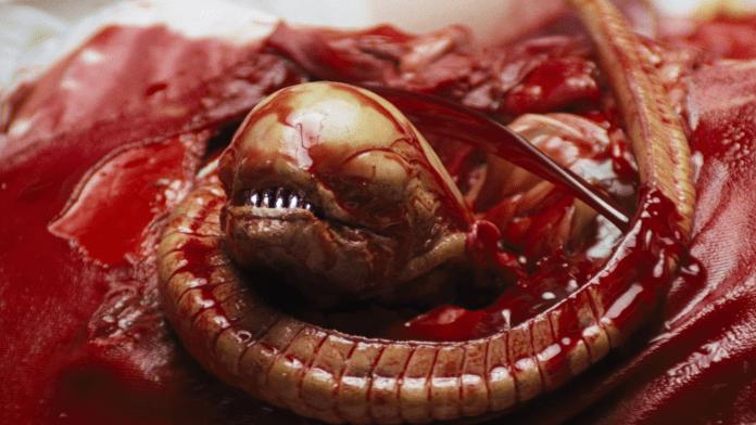La nascita del piccolo alieno è una delle scene più famose di Alien (1979).