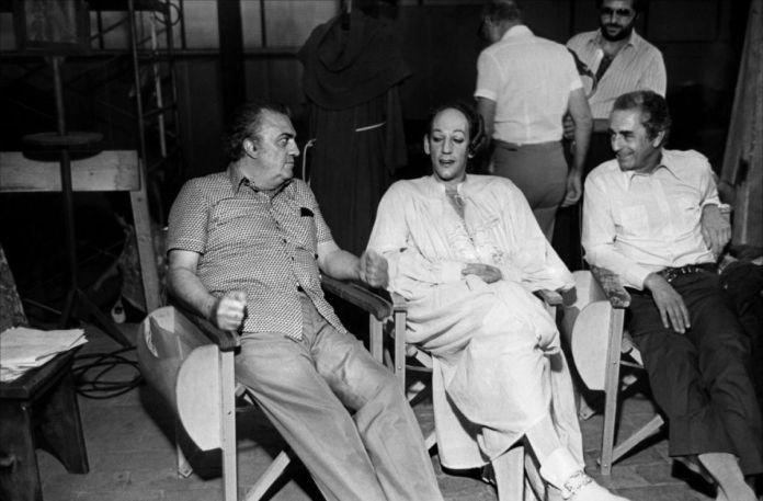 In Fellini Fine Mai molti sono i colleghi e gli amici che ricordano il grande regista. Fra questi anche Donald Sutherland.