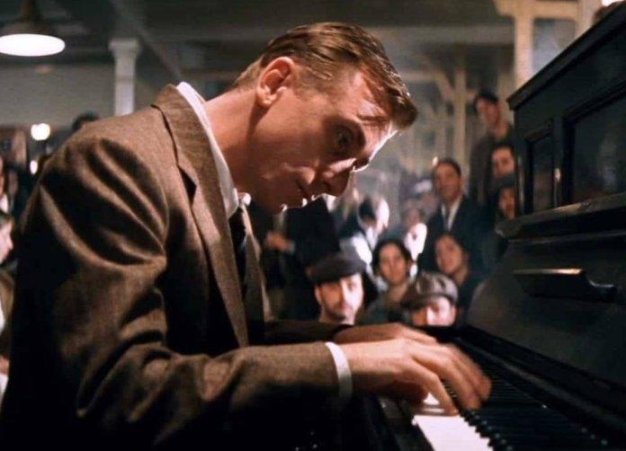 Tim Roth è il protagonista del film di Giuseppe Tornatore, La leggenda del pianista sull'oceano.