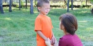 une maman donne de l'empathie a son enfant en pleurs