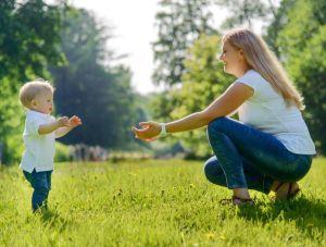 Une maman accueille son enfant qui commence à marcher seul. On sens l'amour dans ce geste.