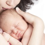 Le nouveau né a besoin de la chaleur corporelle de sa mère et devrait être jalousement protégé. C'est trop peu le cas en occident.