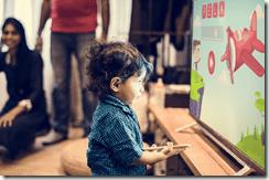 Alternatives aux écrans. Un enfant de moins de 2 ans se trouve face à un écran de télévision à 30 cm et est littéralement absorbé.