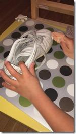 éviter de procrastiner et mettre en place l'activité de Vie Pratique Montessori : cirer des chaussures