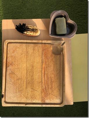 Eviter de procrastiner avec Montessori et faire simple : une table basse, une planche en bois, une brosse, un gros savon de Marseille