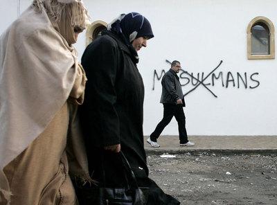 Duas muçulmanas passam pela frente de uma mesquita em Saint Etienne / AP