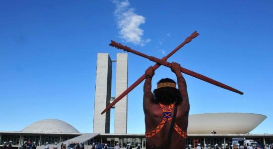 demarcacao-protesto-um-indigena-Congresso-750x410