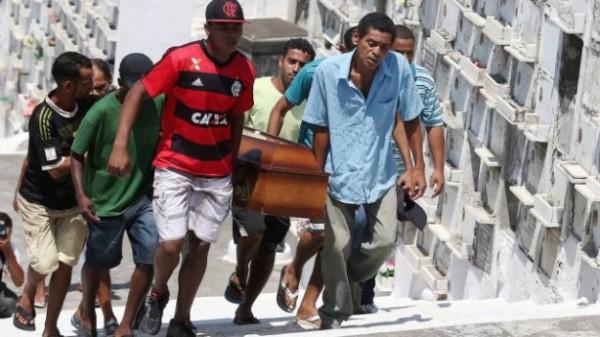 Os negros enterram mais un filho de negro en Rio de Janeiro