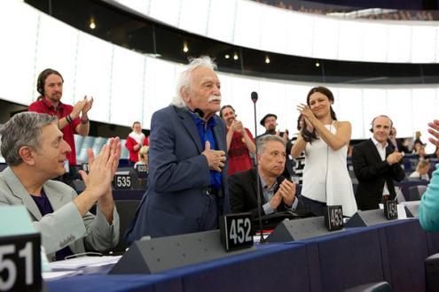 """Manolis Glezos aponta a Martin Schulz: """"Temo o homem de um só livro"""""""